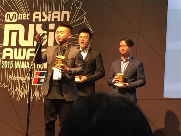 Phúc Bồ trên sân khấu MAMA 2015 nhậngiải thưởng Best Producer. - Tin sao Viet - Tin tuc sao Viet - Scandal sao Viet - Tin tuc cua Sao - Tin cua Sao
