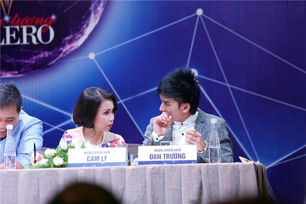 """Cả hai nói chuyện khá thân mật. Thỉnh thoảng, anh Bo còn dành nhiều cử chỉ thân thiết cho """"người tình"""". - Tin sao Viet - Tin tuc sao Viet - Scandal sao Viet - Tin tuc cua Sao - Tin cua Sao"""