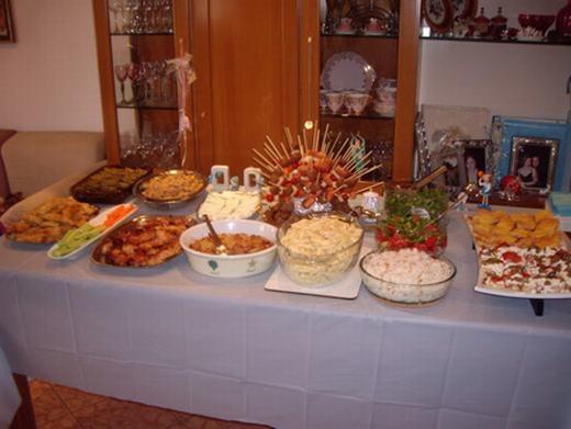 Bởi 1 tháng trước Giáng sinh, người Hi Lạp ăn kiêng nên bàn tiệc mừng trong lễ này luôn được chuẩn bị rất kĩlưỡng. Món không thể thiếu là cá, bê nướng hoặc cừu quay, thịt heo. Với món tráng miệng, họ sẽ có một loại bánh quy riêng mà mật ong là thành phần không thể thiếu. Riêng với các ông già Noel, họ sẽ dành tặng một món đồ uống đặc trưng có tên là Ouzo, đặt bên lò sưởi. (Ảnh: Internet)