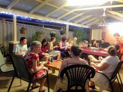 Giáng sinh đối với người Úc cũng gần giống như đêm 30 Tết Âm lịch của Việt Nam. Họrất coi trọng đêm này và chuẩn bị kĩ lưỡng. Tuy nhiên, điều đặc biệt là Giáng sinh xứ chuột túiđược tổ chức vào tháng 7 thay vì tháng 12 vì thời tiết quá nóng (mùa hè ở Úc vào tháng 12). Bữa tiệc Giáng sinh tại đây bắt đầu bằng champagne lạnh nhẹ nhàng, và những món khai vị như tôm xiên. Món chính của họ là gà tây và nhiều món xà-láchbản địa. (Ảnh: Internet)