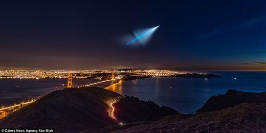 Hôm 9/11 vừa qua, người dân khắp các bang California, Nevada và Arizona của Mỹ đã chứng kiến một vệt sáng màu xanh da trời, có hình chiếc dù đang sắp bung xuất hiện giữa đêm tối trên bầu trời. Nhiều người đã rất lo lắng, thậm chí cho rằng đây là UFO. Tuy nhiên, Hải quân Mỹ xác nhận đây chỉ là một quả tên lửa đạn đạo đang được thử nghiệm. (Ảnh: Oddee)