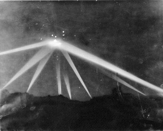 Sáng 25/2/1942, trên bầu trời Los Angeles xuất hiện rất nhiều đốm sáng kì lạ. Quân đội Mỹ khi đó báo cáo với Tổng thống Roosevelt rằng họ đã cho Lữ đoàn Pháo binh Duyên hải số 37 bắn 1.430 phát. Tuy nhiên, các đốm sáng vẫn tồn tại. Cuối cùng họ đã dùng đèn pha để chiếu lên vật thể lạ nhưng trước khi biến mất hoàn toàntrên bầu trời thành phố Culver ở phía tây Los Angeles, người ta vẫnkhông điều tra được gì. Vụ việc đến nay vẫn còn rất nhiều điều nghi vấn. (Ảnh: Oddee)