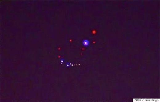Hôm 28/4/2015, bầu trời San Diego đã liên tục xuất hiện các đốm sáng nhiều màu sắc. Nhiều người đã chụp lại khoảnh khắc có một không hai này và đăng lên mạng xã hội, trong khi số khác lại lo lắng báo cho chính quyền địa phương. Các nhân chứng cho rằng ánh đèn gồm nhiều màu và đứng yên. Tuy nhiên, vẫn chưa ai giải thích rõ ràng chúng là gì, do đâu mà tạo nên. (Ảnh: Oddee)