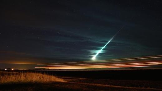 Tháng 11/2015, những người dân tại Saskatchewan đã rất ngạc nhiên bởi một quả cầu lửa kì lạ xuất hiện trên bầu trời. Thậm chí, khi rơi xuống đất, đã có tiếng nổ mạnh vang lên khiến một số người lo ngại tận thế xảy ra. Tuy nhiên, theo Martin Beech - một nhà thiên văn tại Đại học Cao đẳng Campion Regina - đây là một trong những ngôi sao băng lớn nhất trong trận mưa sao băng Taurid. (Ảnh: Oddee)