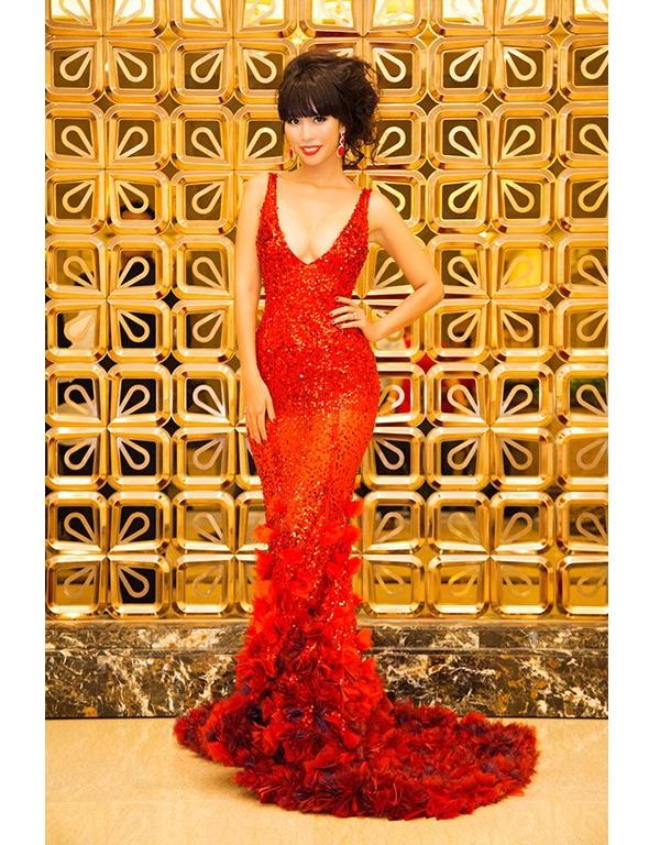 Xuất hiện trên thảm đỏ Hoa hậu Toàn cầu 2015 với vai trò giám khảo, Hà Anh gợi cảm hết cỡ trong bộ váy xuyên thấu xẻ ngực sâu hút. Tông đỏ nổi bật giúp người đẹp không thể hòa lẫn vào đâu.