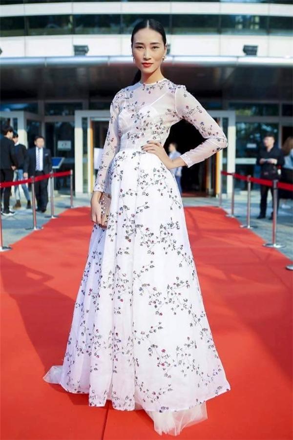 Thiết kế nhẹ nhàng của Lê Thanh Hòa lại tạo nên sự khác biệt cho Trang Khiếu giữa dàn mĩ nhân chưng diện gợi cảm hết cỡ trên thảm đỏ tại Hàn Quốc.