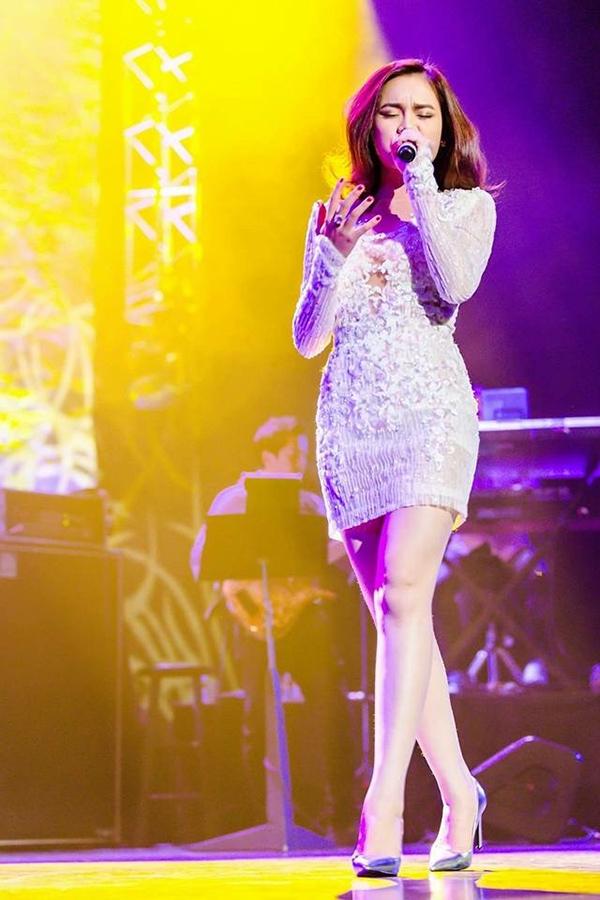 """Bên cạnh đó, cô được nhiều người gán ghép mệnh danh là """"Công chúa nhạc xưa""""khi luôn thể hiện các ca khúc nhạc xưa đòi hỏi kĩ thuật cao và dày dặn kinh nghiệm một cách dễ dàng. - Tin sao Viet - Tin tuc sao Viet - Scandal sao Viet - Tin tuc cua Sao - Tin cua Sao"""
