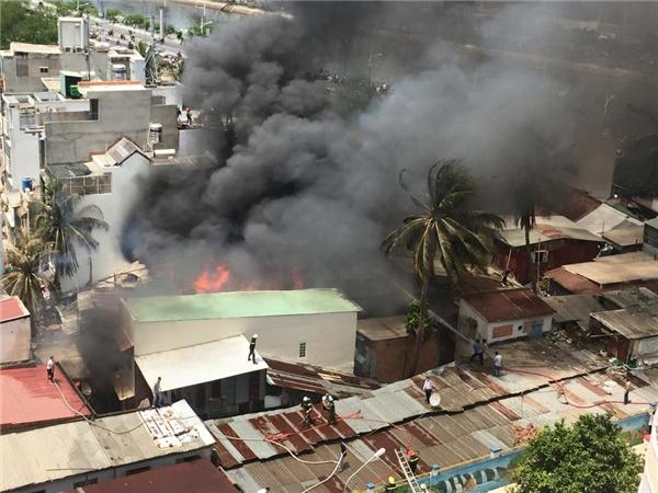 Khói và lửa bốc lên dữ dội tại những căn nhà này. Ảnh: FB