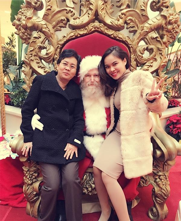 Do sang Mỹ lưu diễn nhiều ngày nên Giang Hồng Ngọc quyết địnhđưa cả mẹ theo để bà có thể đi du lịch, tận hưởng không khí Noel cận kề. - Tin sao Viet - Tin tuc sao Viet - Scandal sao Viet - Tin tuc cua Sao - Tin cua Sao