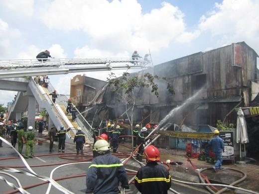 Vụ cháy khiến 2 lính cứu hỏa bị thương. Ảnh: Internet