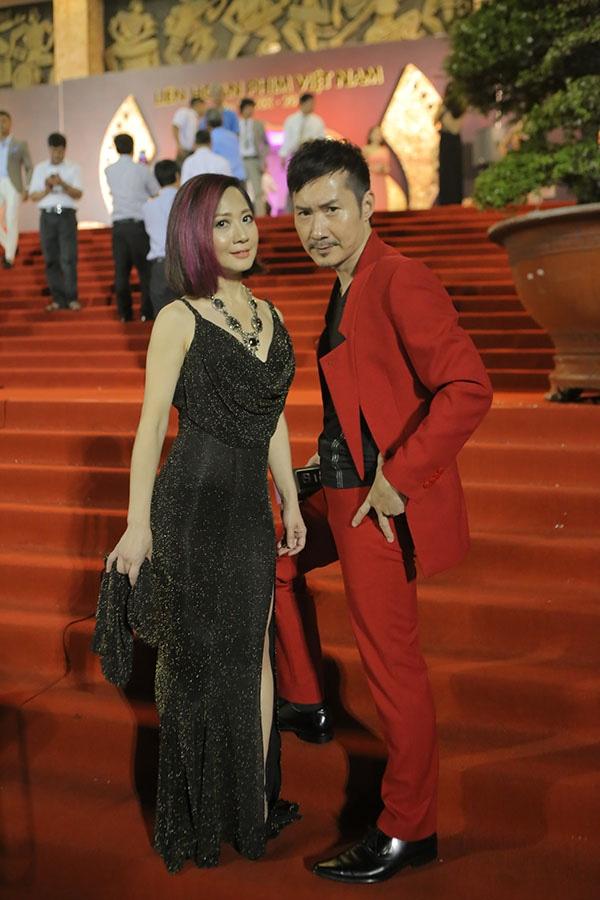 Vợ chồng nam ca sĩ Bill Lee xuất hiện nổi bật tại LHP Việt Nam. - Tin sao Viet - Tin tuc sao Viet - Scandal sao Viet - Tin tuc cua Sao - Tin cua Sao