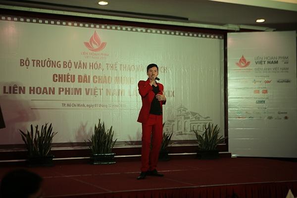Bill Lee đã bất ngờ góp vui bằng một ca khúc sôi động trên sân khấu. - Tin sao Viet - Tin tuc sao Viet - Scandal sao Viet - Tin tuc cua Sao - Tin cua Sao