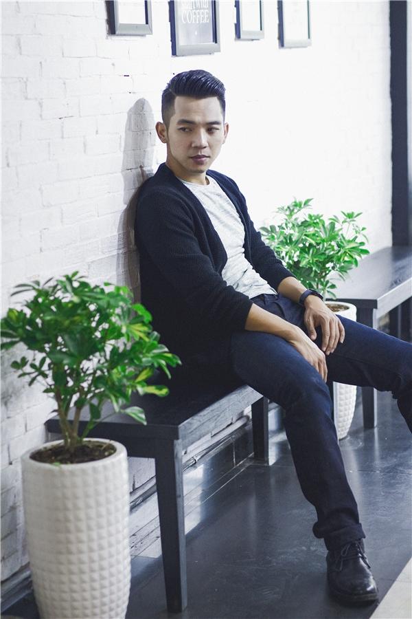 Mai Quốc Việt còn cho thấy một phong cách khá lịch lãm, tinh tế với quần jeans tối màu và áo khoác đen gọn nhẹ trong những góc ảnh khác. - Tin sao Viet - Tin tuc sao Viet - Scandal sao Viet - Tin tuc cua Sao - Tin cua Sao
