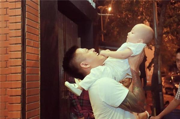 Khoảnh khắc ngọt ngào, hạnh phúc khi hai bố con Tuấn Hưng chơi đùa bên nhau khiến ai cũng thích thú. - Tin sao Viet - Tin tuc sao Viet - Scandal sao Viet - Tin tuc cua Sao - Tin cua Sao