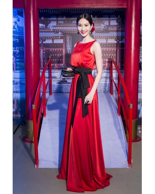 Tuy nhiên, tại một sự kiện trongtháng 11 vừa qua, người đẹp gốc Bạc Liêu lại gây ấn tượng bởi vẻ ngoài nổi bật, thu hút qua chiếc váy đỏ rực. Thiết kế với chất liệu lụa cao cấp càng làm tăng thêm vẻ sang trọng, quý phái cho Đặng Thu Thảo.