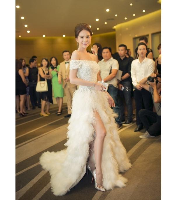 Tham dự một đêm tiệc tại Đà Nẵng, Ngọc Trinh thu hút mọi sự chú ý với vẻ ngoài đẹp như thiên thần khi diện bộ váy trắng tinh cầu kì. Thiết kế này có giá 40 triệu đồng và được stylist Đỗ Long đo ni đóng giày cho cô.