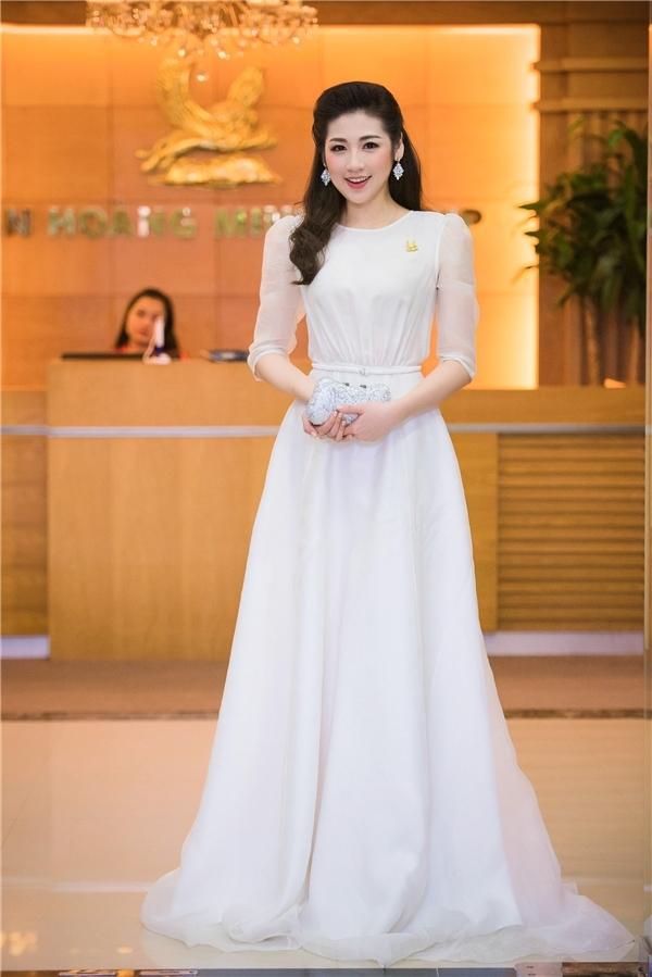 Diện bộ váy trắng nhẹ nhàng theo phong cách cổ điển, áhậu Tú Anh vẫn thu hút, rạng rỡ. Kiểu trang điểm tự nhiên cùng mái tóc uốn xoăn nhẹ nhàng mang lại vẻ ngoài sang trọng, đẳng cấp cho người đẹp gốc Hà thành.