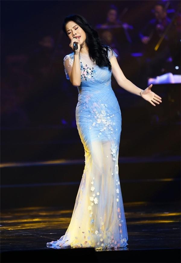 Thu Phương gợi cảm với thiết kế xuyên thấu của NTKHoàng Hải trên một sân khấu tại TP.HCM. Nữ ca sĩ khá ưa chuộng những chiếc váy ôm sát như thế này vì giúp thể hiện vẻ đẹp hình thể.