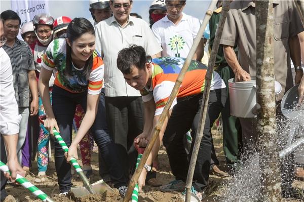 Ngọc Hân, Xuân Bắc cùng các vị đại biểu khách quý tích cực tham gia hoạt động trồng cây xanh. - Tin sao Viet - Tin tuc sao Viet - Scandal sao Viet - Tin tuc cua Sao - Tin cua Sao