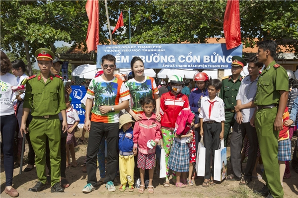 Sau chương trình trồng cây,Ngọc Hân và Xuân Bắc tiếp tục di chuyển ra địa điểm trường Cồn Bửng để có những hoạt động giao lưu và tặng quà cho các em nhỏ tại nơi đây. - Tin sao Viet - Tin tuc sao Viet - Scandal sao Viet - Tin tuc cua Sao - Tin cua Sao