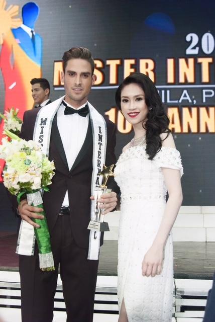 Thu Vũ bên cạnh thí sinh đăng quang giải nhất cuộc thi Mr. International 2015. - Tin sao Viet - Tin tuc sao Viet - Scandal sao Viet - Tin tuc cua Sao - Tin cua Sao