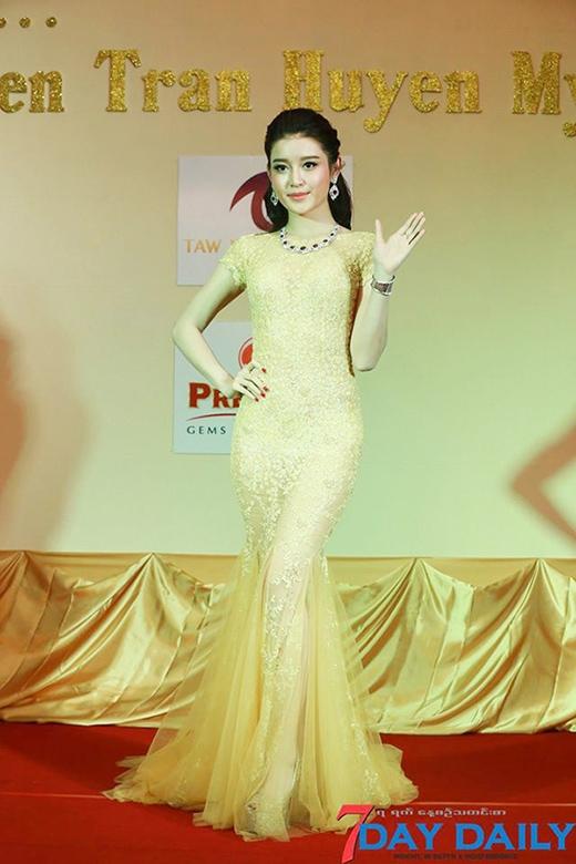 Trong bộ đầm ren đuôi cá, đính đá tỉ mỉ của nhà thiết kế Lê Thanh Hòa, Huyền My trở nên vô cùng sang trọng, xinh đẹp và quyến rũ - Tin sao Viet - Tin tuc sao Viet - Scandal sao Viet - Tin tuc cua Sao - Tin cua Sao