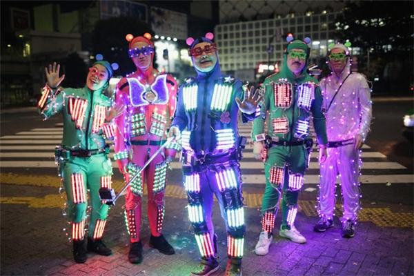 Halloween đâu nhất thiết phải hóa trang thật đáng sợ. Người Nhật thích những gì quái quái, vui vui như thế này đây.(Ảnh: BuzzFeed)