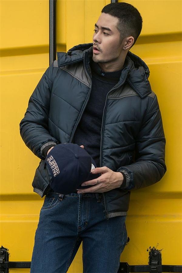 Bộ trang phục khá đơn giản gồm quần jeans, áo phông của Dương Mạc Anh Quân trở nên thu hút hơn nhờ chiếc áo khoác da hòa hợp về tông màu. Giày thể thao và mũ lưỡi trai đi kèm giúp tổng thể trở nên năng động, cá tính hơn.