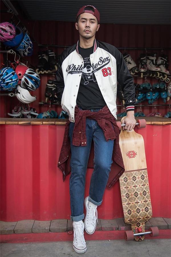 Cùng với bộ trang phục bên trong, Dương Mạc Anh Quân lại mang đến hình ảnh một chàng trai năng động, cá tính, mạnh mẽ với áo khoác thể thao, sơ mi cột thắt eo và mũ lưỡi trai đội ngược.