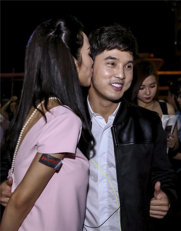 Kim Cương cũng tặng lại chồng nụ hôn nồng nàn. - Tin sao Viet - Tin tuc sao Viet - Scandal sao Viet - Tin tuc cua Sao - Tin cua Sao