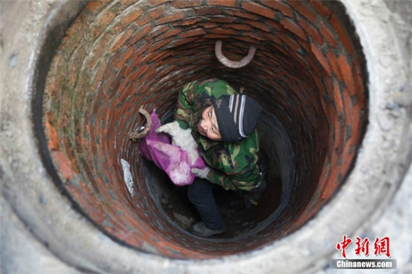 Một người đã xuống cứu lên... (Ảnh: Shanghaiist)