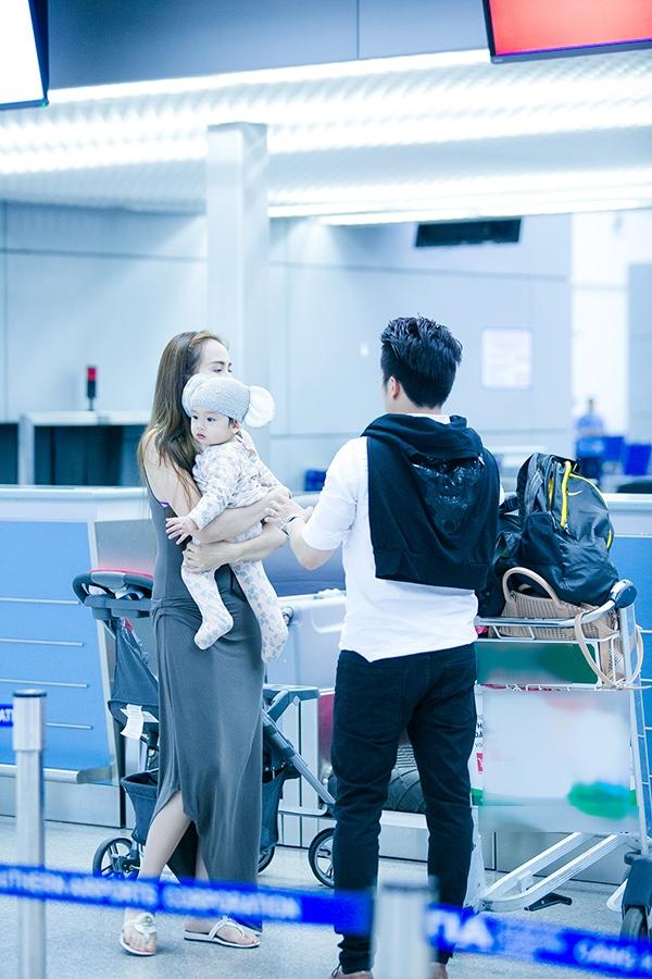Có mặt ở sân bay, gia đình Diễm Hương nhanh chóng thu hút sự chú ý của mọi người. - Tin sao Viet - Tin tuc sao Viet - Scandal sao Viet - Tin tuc cua Sao - Tin cua Sao