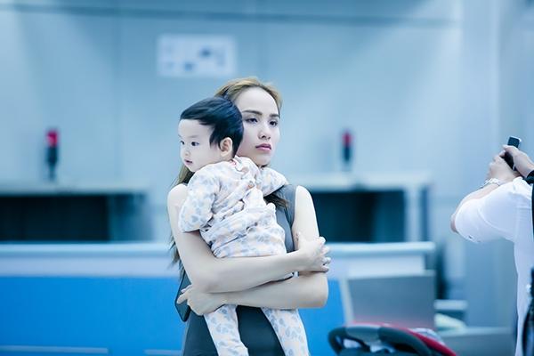 Hai vợ chồng Diễm Hương thay nhau bế con trai... - Tin sao Viet - Tin tuc sao Viet - Scandal sao Viet - Tin tuc cua Sao - Tin cua Sao