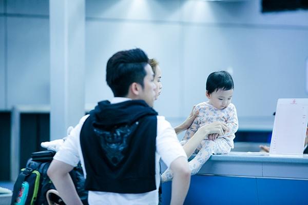 Cậu bé tỏ ra vô cùng hiếu động, thích khám phá mọi thứ ở sân bay trong lúc chờ làm thủ tục. - Tin sao Viet - Tin tuc sao Viet - Scandal sao Viet - Tin tuc cua Sao - Tin cua Sao