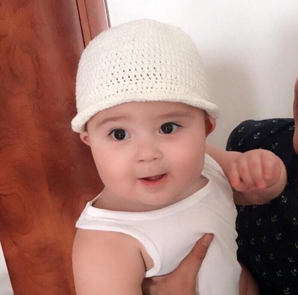Cư dân mạng nghiêng ngả vì cặp má tròn vo của cậu bé lai gốc Việt