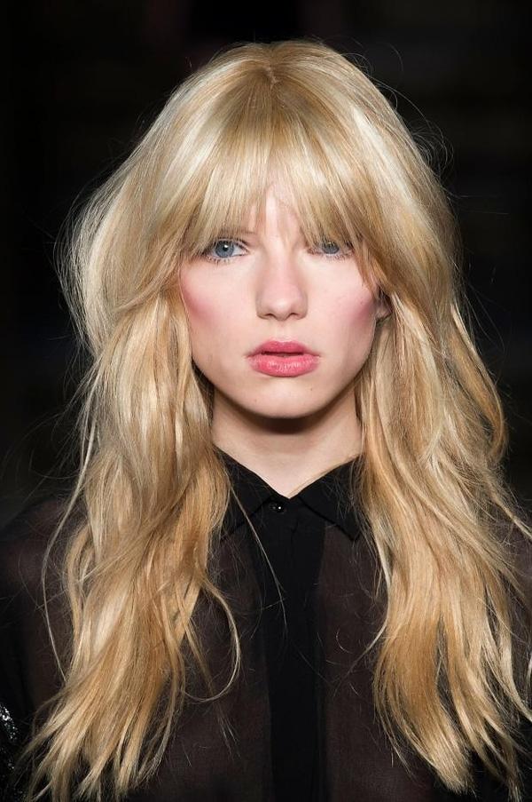 """Tóc mái """"bụi rậm"""" cũng được đánh giá là kiểu mái trendy nhất cho mùa đông 2015. Nếu như tóc mái blunt mang đến cảm giác phóng khoáng, mơ màng thì tóc mái """"bụi rậm"""" lại toát lên sự sexy pha chút nổi loạn đầy cuốn hút. Với kiểu tóc mái này, bạn nên uốn xoăn nhẹ cho tóc và chú ý tạo độ phồng cho phần tóc ôm sát hai bên."""