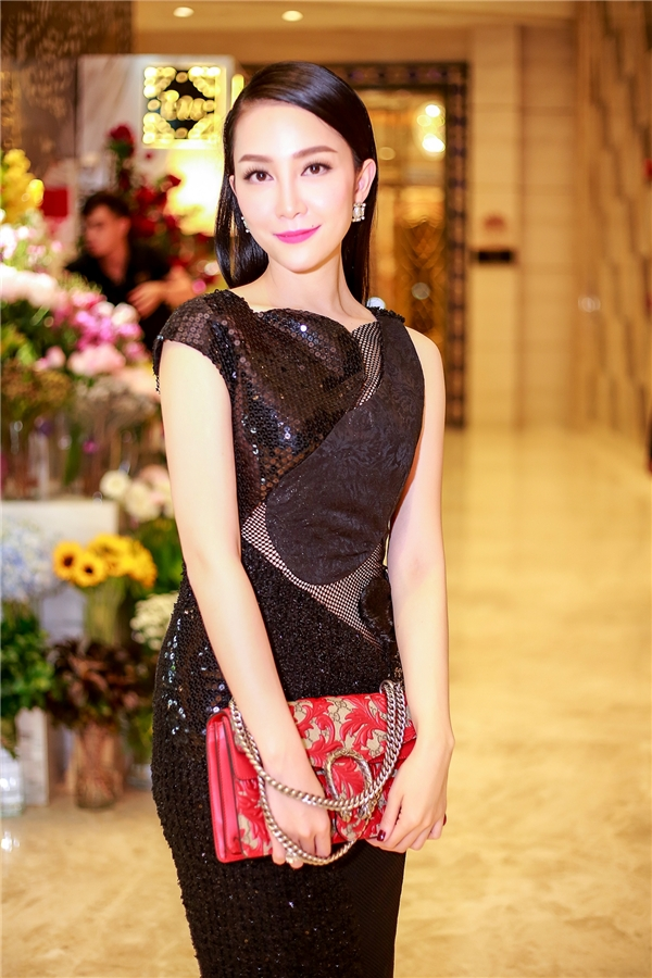 Linh Nga kết hợp bộ trang phục cùng túi xách của Gucci có giá vài chục triệu đồng. Thiết kế tạo điểm nhấn bởi những họa tiết hoa cầu kì, tinh tế.