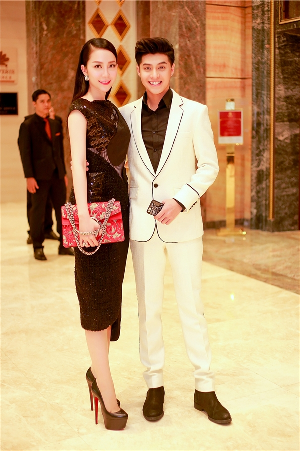 Linh Nga vui vẻ chụp ảnh kỉ niệm cùng nam ca sĩ điển trai Noo Phước Thịnh.