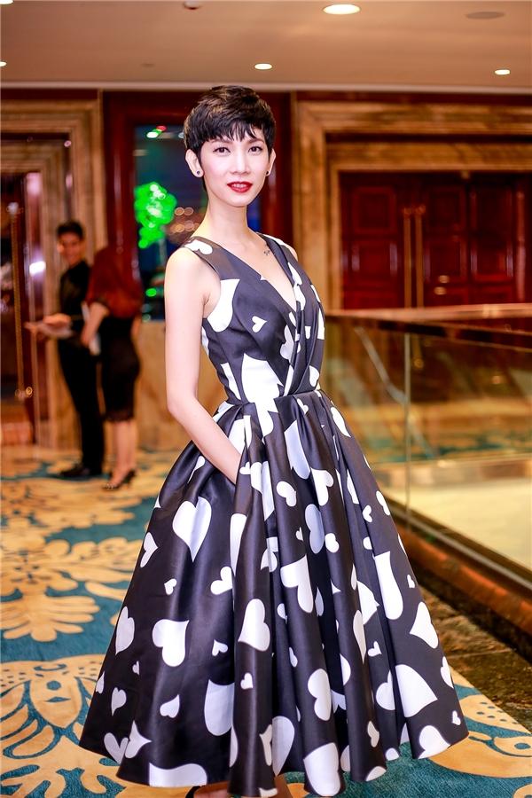 Linh Nga đẹp mặn mà với trang phục họa tiết trái tim