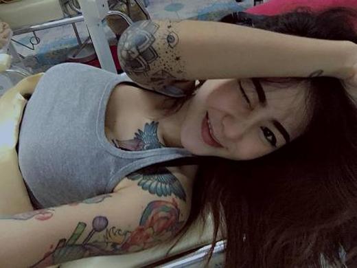 """Nhờ ngoại hình, cá tính cộng thêmtài năng mà Punyaphat Pongsub nhanh chóng trở thành một thần tượng mới trẻ trung của cư dân mạng xứ sở Chùa Vàng, và được ca ngợi là """"hot girl xăm trổ xinh đẹp nhất Thái Lan."""""""