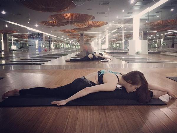 Một số động tác Yoga khó do Ngân thực hiện.