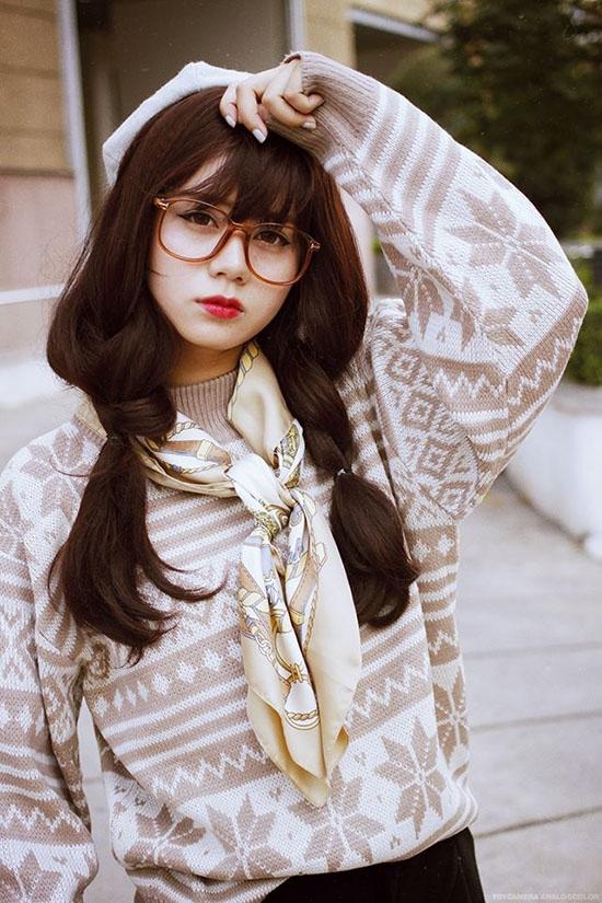 Công thức được các cô gái ưa chuộng nhất là phối trang phục màu trầm với khăn có nhiều họa tiết, tông màu nổi bật.