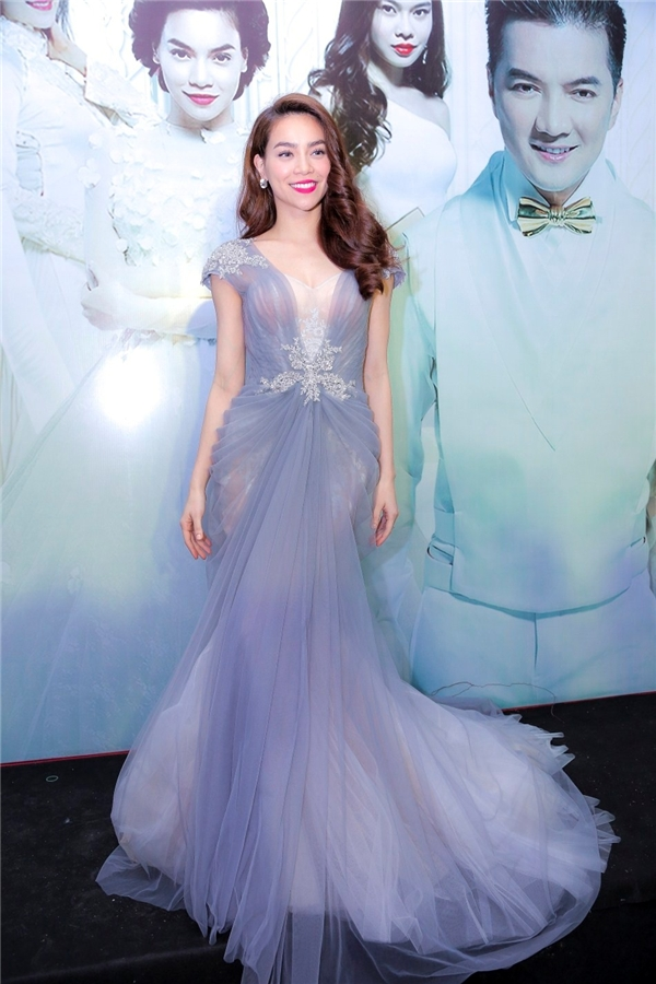 Dù diện bộ váy có sắc tím xanh lơ nhạt nhưng Hồ Ngọc Hà vẫn tỏa sáng và trở thành tâm điểm trên thảm đỏ.