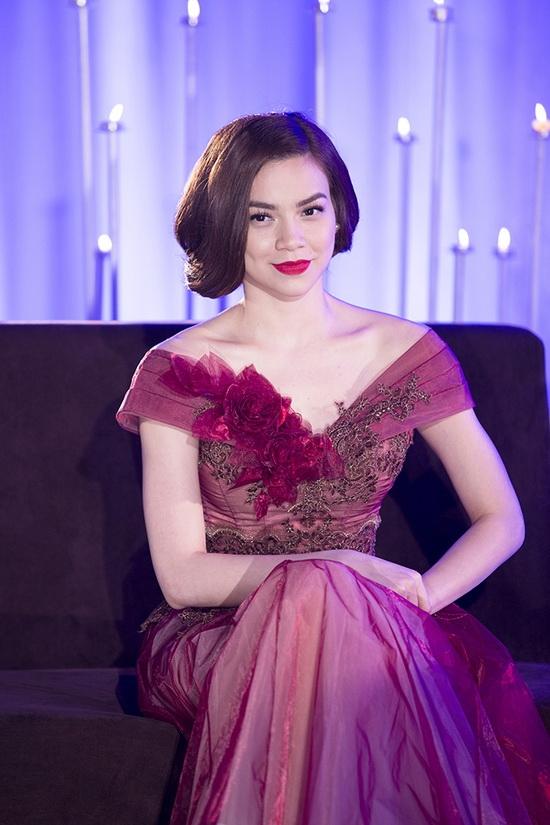 Tạo hình theo phong cách cổ điển với bộ váy có màu tím hồng ngọt ngào.