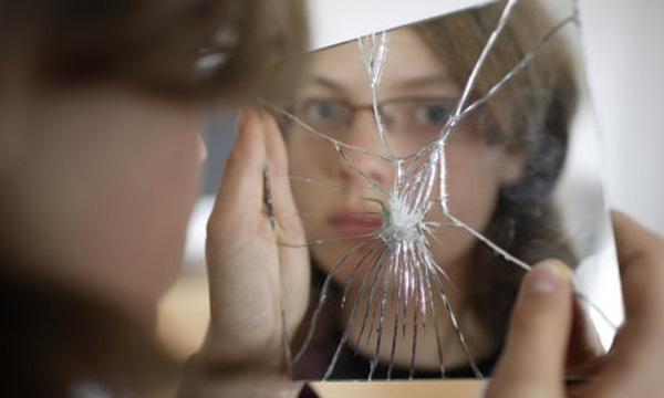 Không dám nhìn vào gương là một trong những triệu chứng thường gặp của bệnh BDD