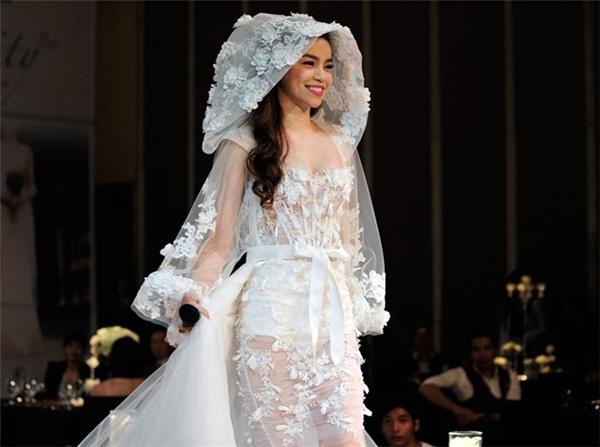 Thiết kế xuyên thấu táo bạo có áo choàng trùm mũ lạ mắt từng được Hồ Ngọc Hà trình diễn tại Hà Nội.