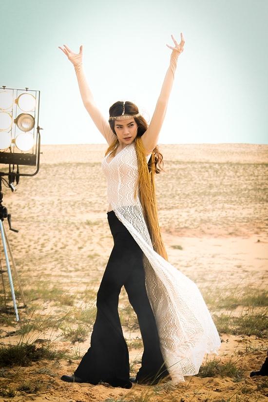 MV My Destiny của Hồ Ngọc Hà đã thực sự tạo nên hiệu ứng lan tỏa khá mạnh mẽ trong thời gian vừa qua. Trong MV này, Hồ Ngọc Hà hóa thân thành một cô gái du mục cá tính, bụi bặm trong bộ trang phục kết hợp ren, lưới, tua rua khá bắt mắt.