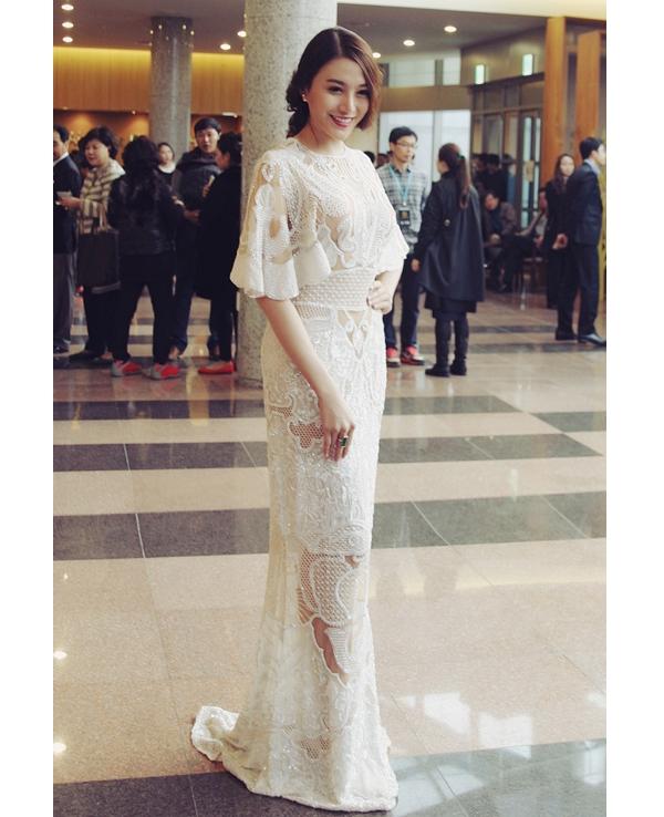 Bộ váy ren của người đẹp Lê Hà có giá lên đến 700 triệu đồng được cô diện trong một sự kiện gần đây.