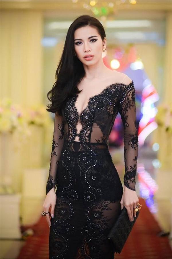 Với tỉ lệ cơ thể hoàn hảo, Minh Tú gần như đốt mắt người đối diện trong hai thiết kế xuyên thấu kết hợp ren tinh tế của Chung Thanh Phong.