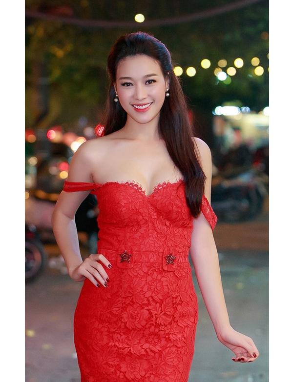 Cùng tham dự một sự kiện, nếu như Tú Anh nền nã với váy trắng thì Trương Tùng Lan lại nổi bật với sắc đỏ. Cả hai thiết kế đều được thực hiện trên nền chất liệu ren.